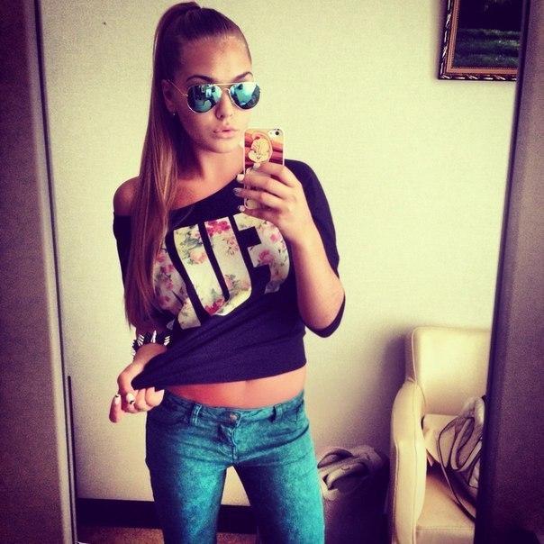 Фото девушки с телефоном на аву