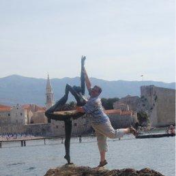 Это не памятник, а скульптура!!! А ради такой девушки можно и по камушкам попрыгать, и вплавь, если что...