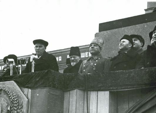 Военный парад 7 ноября 1941 года на площади им.В.В.Куйбышева, На трибуне представители Советского ...