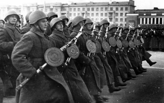 Пехотинцы – участники военного парада 7 ноября 1941 года на площади им. В.В.Куйбышева