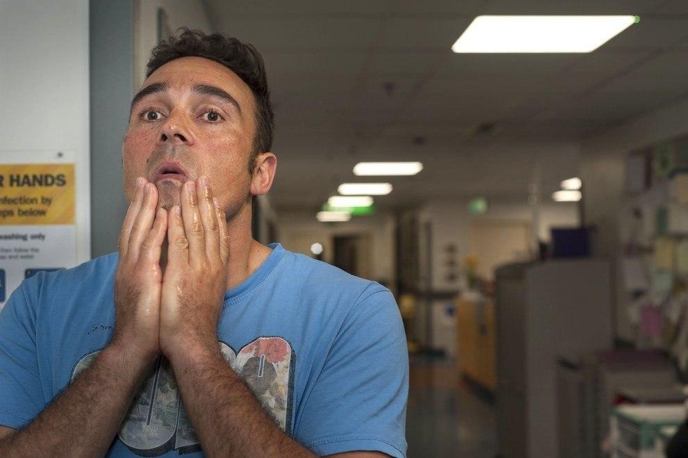 Британский фотограф Дейв Янг несколько ночей провел в лондонских больницах и наблюдал за мужчинами, ... - 7