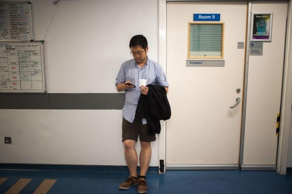 Британский фотограф Дейв Янг несколько ночей провел в лондонских больницах и наблюдал за мужчинами, ... - 6