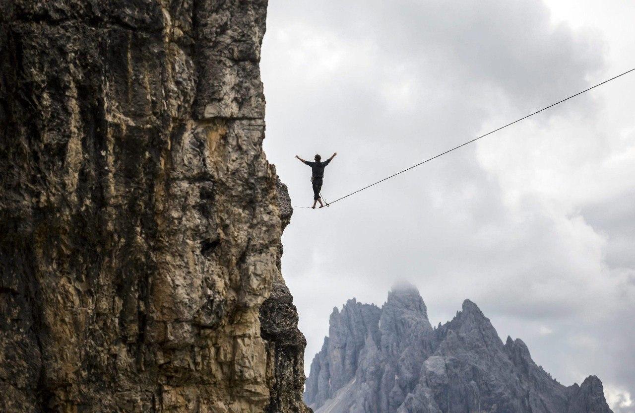 Ежегодный слет канатоходцев-экстремалов в итальянских Альпах - 4