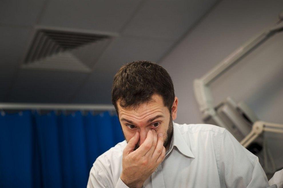 Британский фотограф Дейв Янг несколько ночей провел в лондонских больницах и наблюдал за мужчинами, ... - 8
