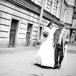 2010 год. Наша свадьба. Все канет в лету, а этот миг - нет, хотя сам смысл изображенного действа уже утерян.