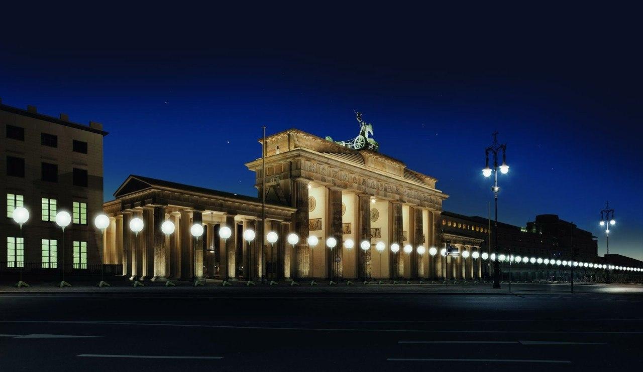 По случаю 25-й годовщины падения Берлинской стены столица Германии была вновь разделена стеной — ... - 2