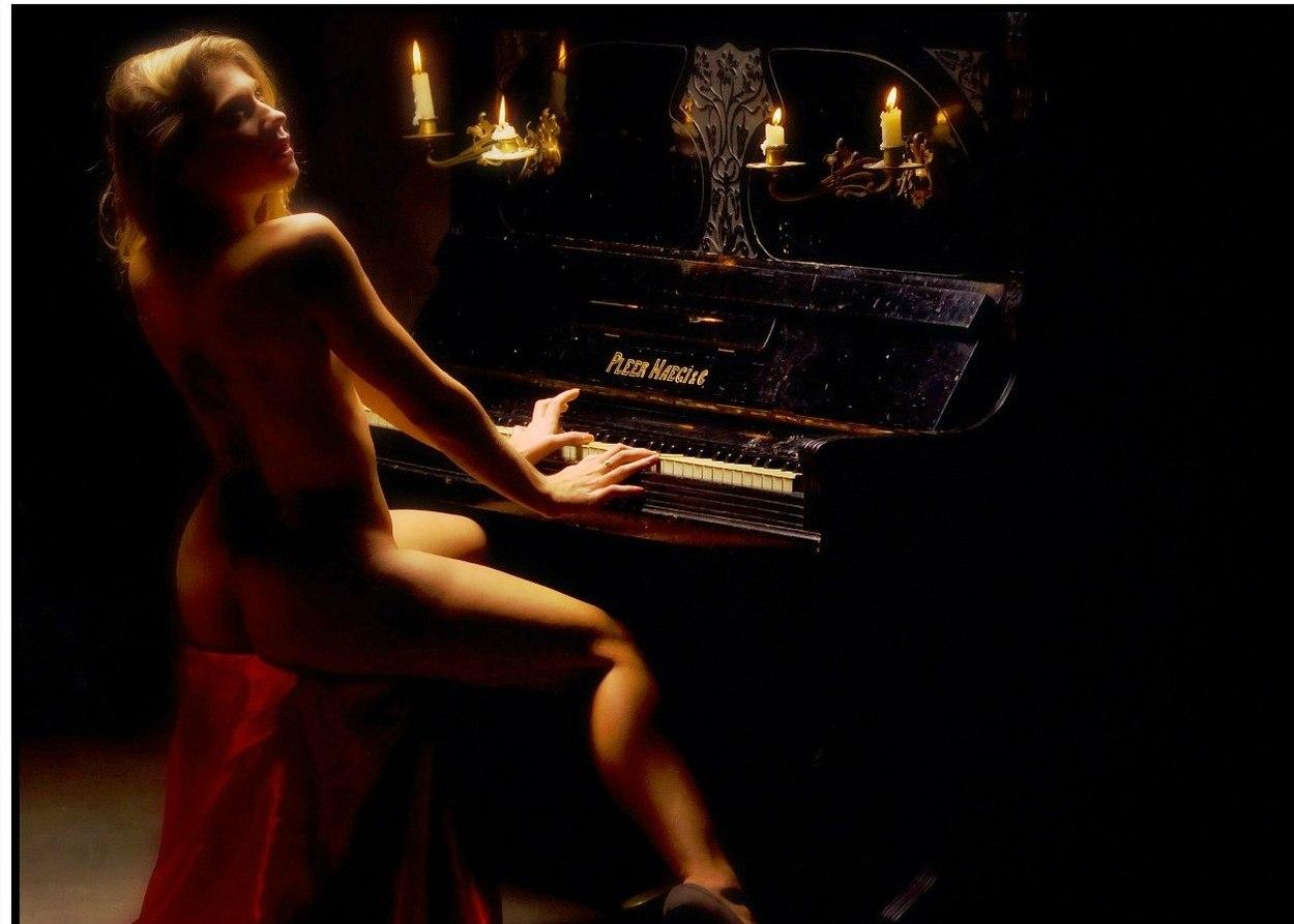 как странно порно девушка играет на фортепиано увидите