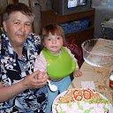 Мой юбилей. Моя внученька Иришка пытается есть торт.