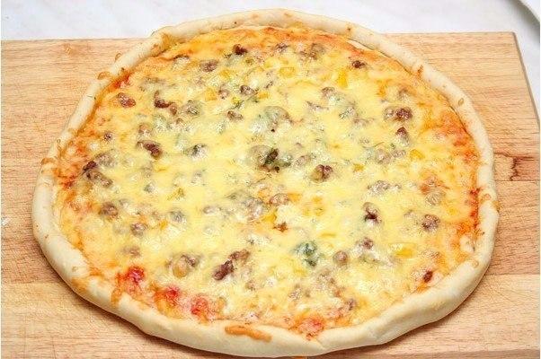 Пицца с фаршем «по-домашнему».Ингредиенты:- 5 гр дрожжей (сухие быстродействующие)- 20 мл оливкового ...