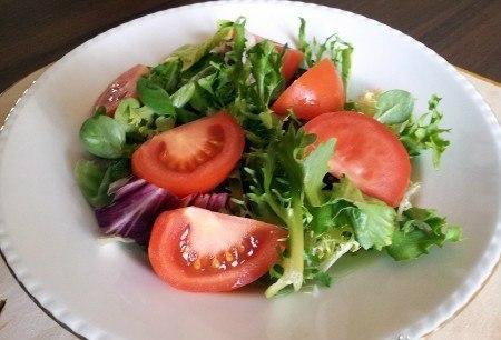САЛАТ С ТУНЦОМ И ПОМИДОРАМИ.Диетическое блюдо:В салате содержится-Белки: 11.2 гЖиры: 3.9 гУглеводы: ... - 2