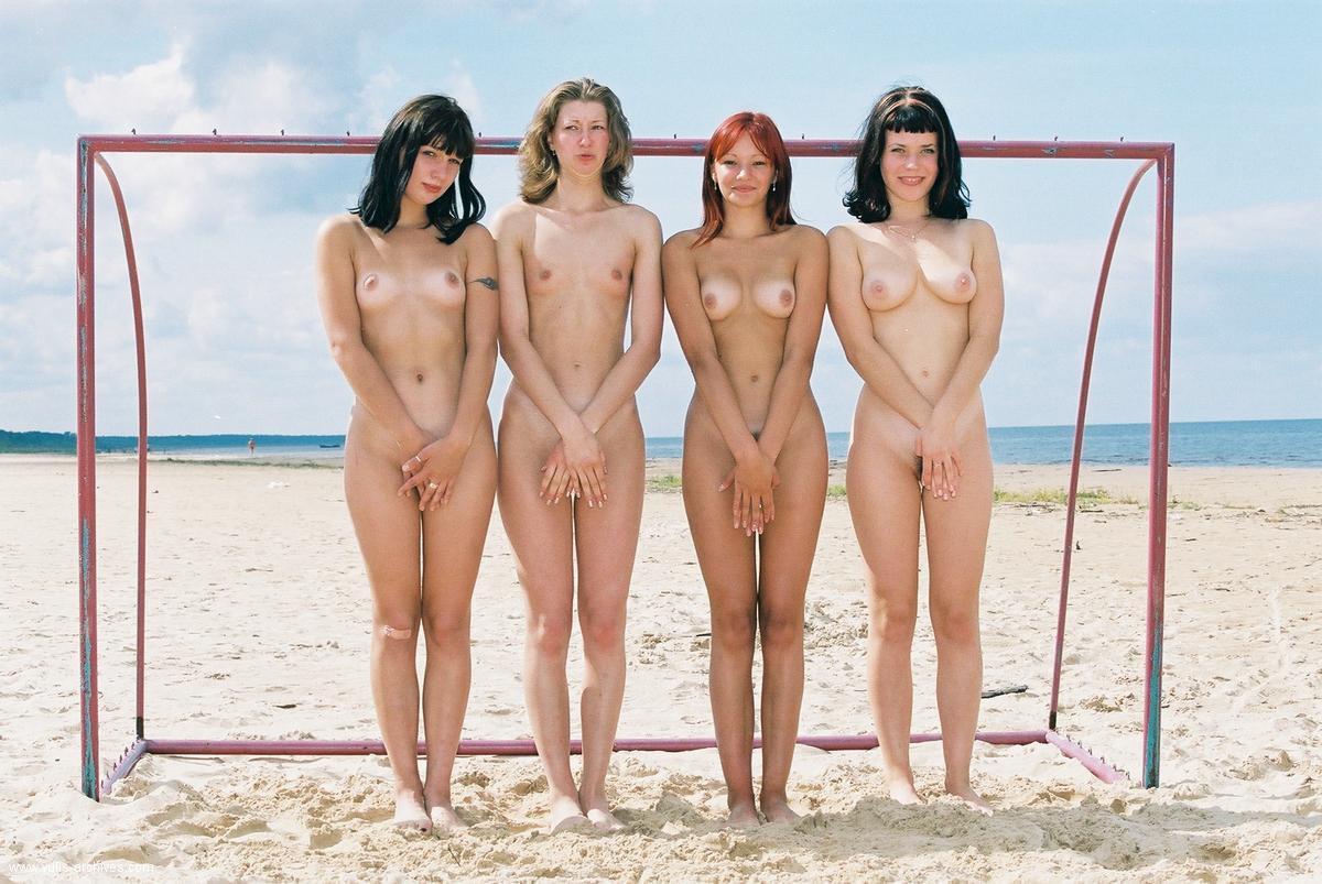 разрушает тебя, голые девчонки играют пляжный футбол видео это