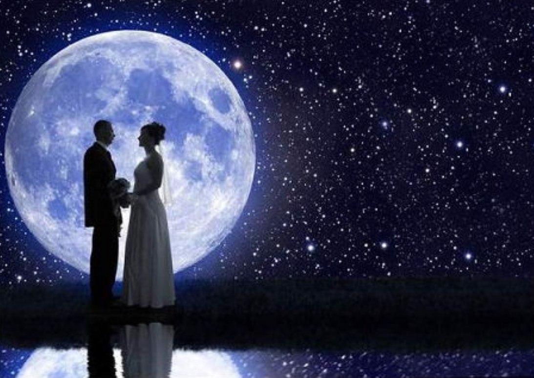 Картинка двое смотрят на луну в разных