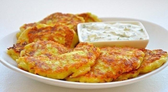 Кабачковые оладьи с сыром и чесноком.на 100грамм - 46.59 ккалБ/Ж/У - 2.66/1.59/5.2Ингредиенты:• ...