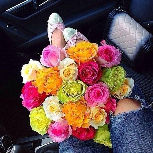 Букет цветов в машине на коленях фото