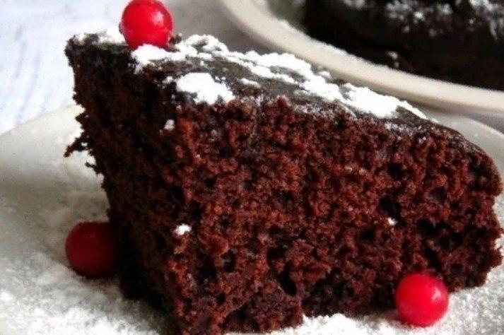 Влажный шоколадный торт-пирожное.Этот десерт имеет приятный шоколадный вкус и просто тает во рту ...
