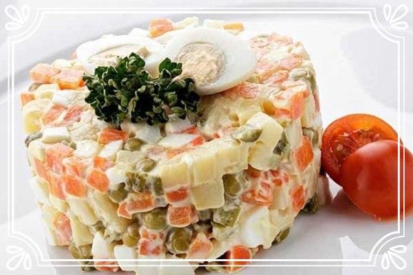 Салат «Столичный» с колбасой и маринованными ...