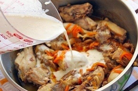 Курица в молочно-сметанном соусе.Вам потребуется:Курица - 1 штМорковь - 1 штВешенки - 200 г (или ... - 5