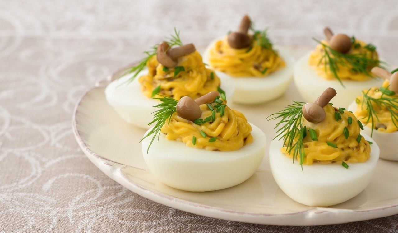 Фаршированные яйца.25 вариантов для начинки:1. Обжарьте мелко порезанный лук и смешайте с желтком.2. ...