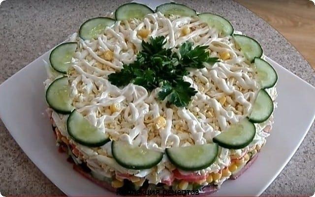 Салат с крабовыми палочками, свежим огурчиком и кукурузой. Ингредиенты: огурец свежий — 70 гр ...