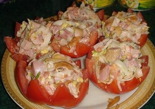 САЛАТ С КОПЧЁНОЙ КУРИЦЕЙ в помидорах.Нам понадобится:3 помидора1копчёная куриная ляжка0,5 небольшой ...