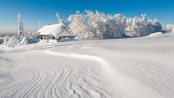 Утонула в снегу деревенька.Вдалеке от проезжих дорог.Пухом белым покрыты ступеньки,Из трубы вьётся ...