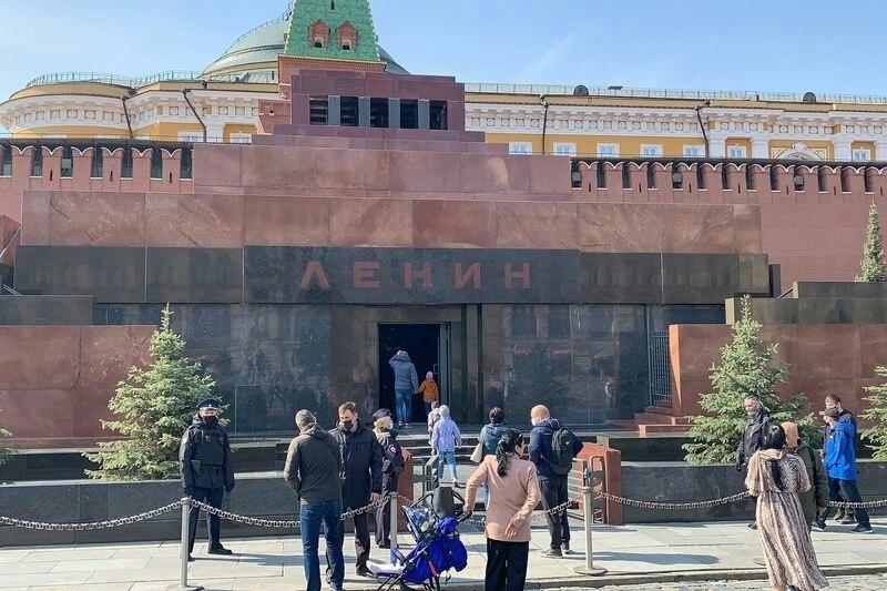 Мавзолей Ленина вновь открылся для посещения. Перед ним собралась очередь в 300 человек. Время идёт, ... - 3